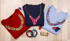 As camisetas e os acessórios do inverno arranjaram no assoalho Fotos de Stock Royalty Free