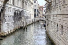 As canaletas estão na cidade Veneza foto de stock royalty free