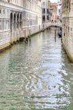 As canaletas estão na cidade Veneza fotografia de stock
