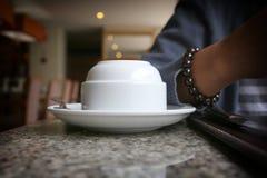 As canecas de café não foram usadas em uma tabela em um restaurante Fotos de Stock