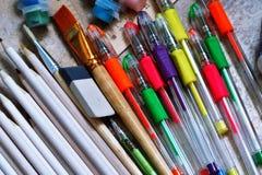 As canetas com ponta de feltro, pinturas, escovas, coloriram lápis, artigos de papelaria para a faculdade criadora e desenho ilustração royalty free