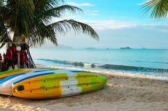 As canoas coloridas secam no litoral Os caiaque na areia estão esperando turistas imagem de stock royalty free