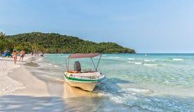 As canoas na praia bonita Imagens de Stock