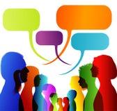 As caras mostram em silhueta o perfil principal Grupo de fala colorido isolada dos povos Uma comunica??o dos trabalhos em rede A  ilustração do vetor