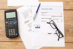 As cargas de conta da eletricidade forram o formulário em uma tabela fotos de stock royalty free