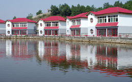 As casas aproximam águas Imagens de Stock