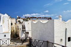 As casas brancas do citi mediterrâneo de Vieste, gargano, apulia, Italia para o conceito do curso e do turismo Fotos de Stock