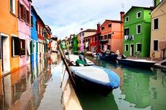 As casas coloridas alinharam ao longo do canal na ilha de Burano, Veneza Foto de Stock