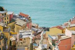 As casas coloridas de Manarola, local do patrimônio mundial do UNESCO, suspenderam entre o mar e a terra em penhascos completos,  Imagem de Stock