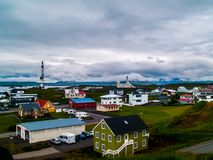 As casas coloridas do lmur do ³ de StykkishÃ, Islândia com um céu completamente da opinião larga dos coulds foto de stock royalty free