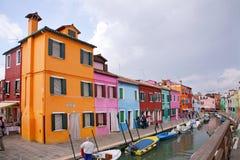 As casas coloridas na ilha de Burano, podem 08, 2010 em Burano, Veneza, Itália Fotografia de Stock