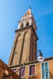 As casas coloridas perto da torre de igreja de inclinação velha em Burano mim Imagens de Stock