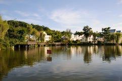 As casas da quinta frescas aproximam a água Imagem de Stock