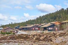As casas de campo da propriedade nas montanhas de Noruega Fotografia de Stock