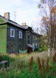 As casas de madeira velhas na cidade de Murmansk Foto de Stock Royalty Free