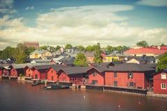As casas de madeira vermelhas velhas no rio costeiam em Porvoo Imagem de Stock Royalty Free