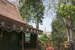 As casas de Tailândia construíram da madeira que as árvores plantaram em torno da casa Fotografia de Stock