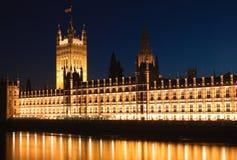 As casas do parlamento iluminated na noite imagens de stock