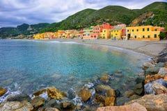 As casas do pescador colorido na areia encalham a lagoa Varigotti, imagens de stock royalty free