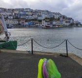 As casas e as redes coloridas coloridas Brixham abrigam o porto Devon Fotografia de Stock