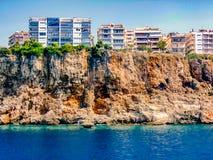 As casas estão em um penhasco pela costa de mar Imagens de Stock Royalty Free