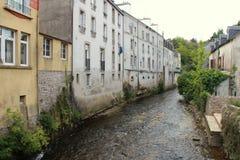 As casas foram construídas na borda de um ribeiro em Quimperle (França) Fotos de Stock