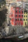 As casas huddled firmemente em uma rocha perto do mar Riomaggiore Cinq Imagem de Stock Royalty Free