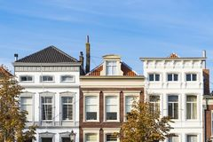 As casas na rua chamaram Wolwevershaven, Dordrecht, os Países Baixos fotografia de stock