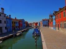 As casas pintadas em máscaras pasteis brilhantes em Burano Itália fotografia de stock