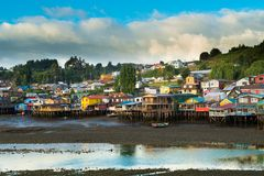 As casas tradicionais do pernas de pau sabem como palafitos na cidade de Castro na ilha de Chiloe foto de stock