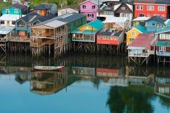 As casas tradicionais do pernas de pau sabem como palafitos na cidade de Castro na ilha de Chiloe no Chile imagem de stock