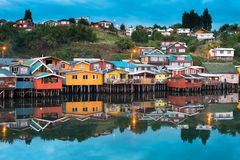As casas tradicionais do pernas de pau sabem como palafitos na cidade de Castro na ilha de Chiloe no Chile foto de stock