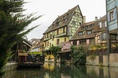 As casas velhas aproximam o canal da água em pouca Veneza em Colmar imagem de stock royalty free