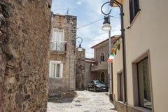 As casas velhas fizeram das pedras, madeira, na vila de Oliena, prov?ncia de Nuoro, ilha Sardinia, It?lia fotos de stock royalty free