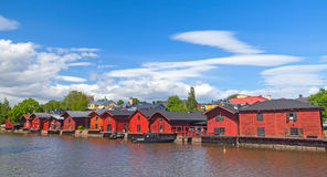 As casas vermelhas velhas no rio costeiam em Porvoo Foto de Stock Royalty Free