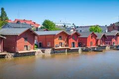 As casas vermelhas velhas no rio costeiam em Porvoo Fotografia de Stock