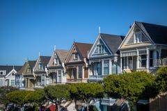 As casas vitorianos pintadas das senhoras enfileiram no quadrado de Alamo - San Francisco, Califórnia, EUA Imagens de Stock Royalty Free