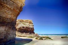 As catedrais encalham na maré baixa com as rochas erosioned pela ação do mar Imagem de Stock Royalty Free