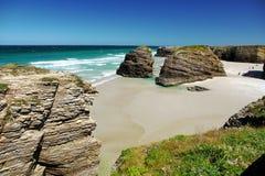 As catedrais encalham na maré baixa com as rochas erosioned pela ação do mar Fotos de Stock Royalty Free