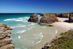 As catedrais encalham na maré baixa com as rochas erosioned pela ação do mar Imagens de Stock
