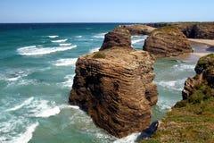 As catedrais encalham na maré baixa com as rochas erosioned pela ação do mar Fotografia de Stock