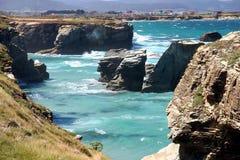 As catedrais encalham na maré baixa com as rochas erosioned pela ação do mar Imagens de Stock Royalty Free