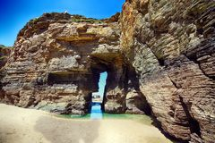 As catedrais encalham na maré baixa com as rochas erosioned pela ação do mar Fotografia de Stock Royalty Free