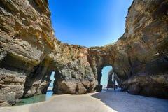As catedrais encalham na maré baixa com as rochas erosioned pela ação do mar Foto de Stock