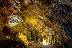 As cavernas magníficas e majestosas de Diros em Greece Uma vista espetacular dos stalacites e dos estalagmites fotografia de stock royalty free