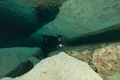 As cavernas subaquáticas Florida de mergulho Jackson Blue dos mergulhadores cavam EUA Fotografia de Stock
