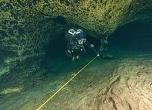 As cavernas subaquáticas Florida de mergulho Jackson Blue dos mergulhadores cavam EUA imagens de stock