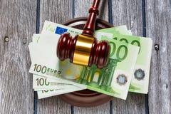 As cem euro- cédulas do juiz o martelo e Imagens de Stock