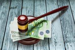 As cem euro- cédulas do juiz o martelo e Imagens de Stock Royalty Free