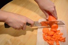 As cenouras do cozinheiro estão enfrentando duramente Fotografia de Stock Royalty Free